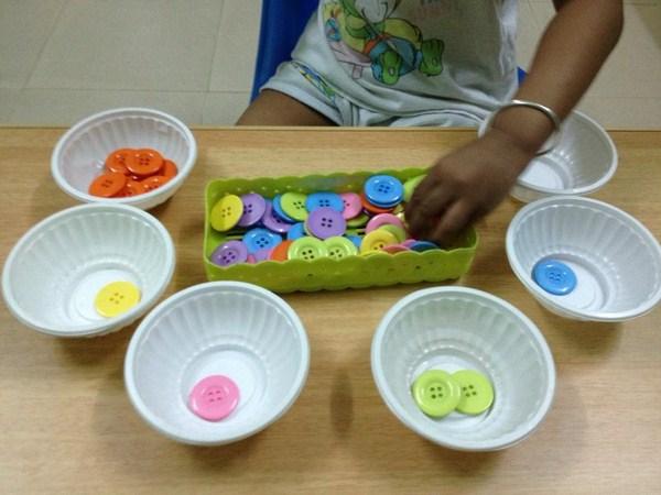 Học phép toán đếm thông qua trò chơi đếm cúc áo