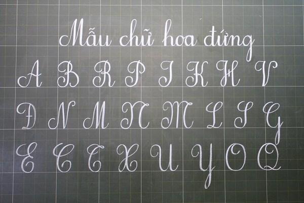 Bảng chữ cái được viết thẳng đứng làm mẫu cho học sinh luyện chữ đẹp